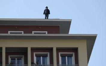 Σώος ο άνδρας που απειλούσε να πέσει από τον 8ο όροφο του υπ. Εσωτερικών