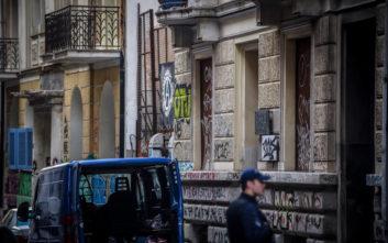 Εξάρχεια: Κατήγγειλε ότι τον έδειραν επειδή φορούσε μπλούζα με σύμβολα της Μακεδονίας