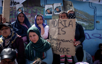 Εκατοντάδες πολίτες συμμετείχαν στο «σιωπηλό» συλλαλητήριο της Μυτιλήνης