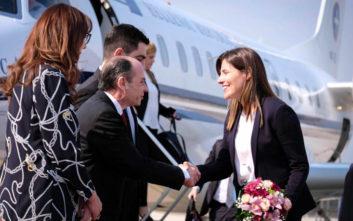Η Μπέτυ Μπαζιάνα άφησε λουλούδια στον τάφο του Αλέξη Ζορμπά στα Σκόπια