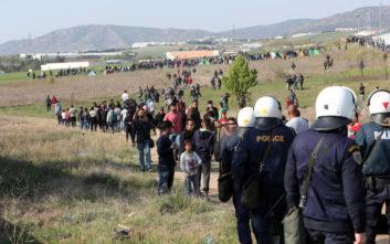 «Καραβάνι» εκατοντάδων προσφύγων στα Διαβατά, συμπλοκές με τα ΜΑΤ