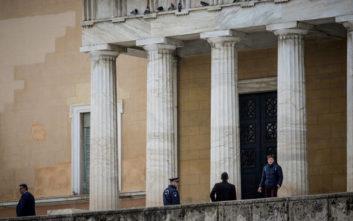 Συναγερμός στη Βουλή, συνελήφθη άνδρας που πέταξε γκαζάκι στον προαύλιο χώρο