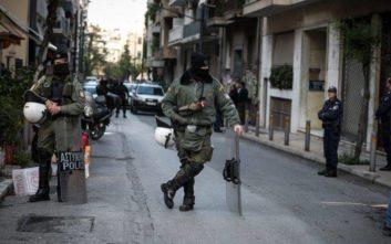 Αστυνομική επιχείρηση στα Εξάρχεια: Αντιασφυξιογόνες μάσκες και σφεντόνες μεταξύ των ευρημάτων