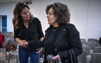 Η Μπέτυ Μπαζιάνα στη δίκη της Χρυσής Αυγής και η αγκαλιά με τη Μάγδα Φύσσα