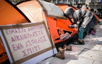 Προσπάθεια να μεταφερθούν σε δομές φιλοξενίας οι μετανάστες από το Σύνταγμα