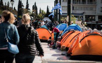 Πρόσφυγες και μετανάστες κατασκήνωσαν στο Σύνταγμα