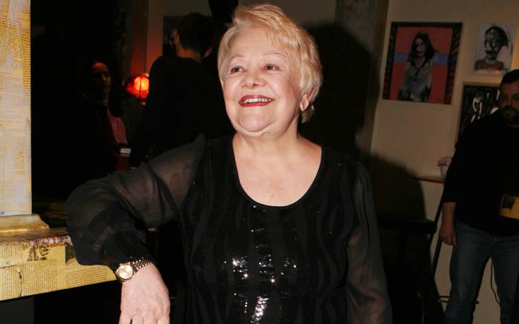 Η Μαίρη Λίντα τραγουδάει μέσα στο Γηροκομείο Αθηνών