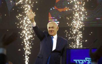 Πανηγυρίζει ο Νετανιάχου για τη νίκη στις εκλογές του Ισραήλ