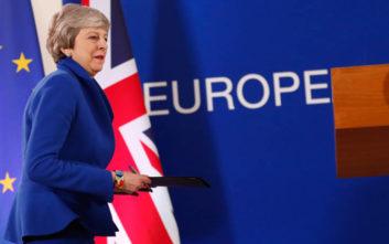 Με «υπερηφάνεια και απογοήτευση» αποχωρεί η Τερέζα Μέι από την πρωθυπουργία
