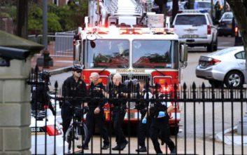 Άνδρας σε αμαξίδιο έκαψε το μπουφάν του έξω από τον Λευκό Οίκο