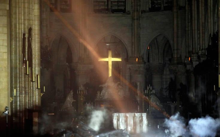 Εικόνες από το εσωτερικό της φλεγόμενης Παναγίας των Παρισίων