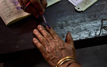 Εκλογικό κέντρο μέσα στη ζούγκλα για να ψηφίσει Ινδός ιερέας