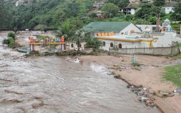 Ζωές και σπίτια χάθηκαν στη λάσπη στη Νότια Αφρική
