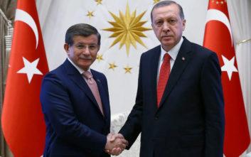 Νταβούτογλου: Επιζήμια η συμμαχία με τους εθνικιστές για το κόμμα του Ερντογάν