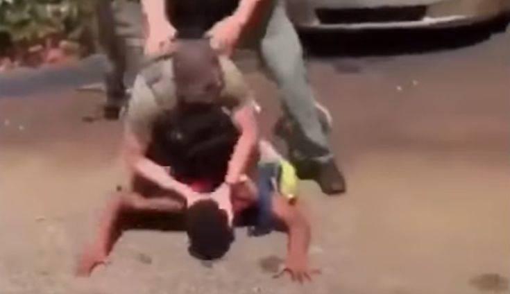 Οργή στις ΗΠΑ για τους αστυνομικούς που χτυπούν στο δρόμο το κεφάλι 15χρονου