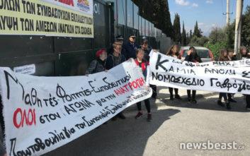 Διαμαρτυρία μαθητών κατά του σχεδίου Γαβρόγλου στο υπουργείο Παιδείας
