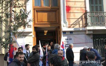 Μέλη του ΠΑΜΕ διαδηλώνουν έξω από τα γραφεία της ΓΣΕΕ