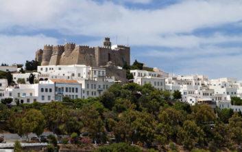 Η μονή του Αγίου Ιωάννη του Θεολόγου στέκεται σαν κορώνα στο «Ιερό νησί»
