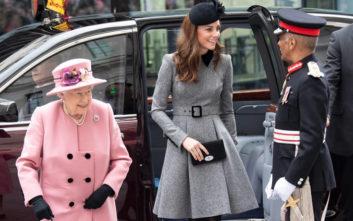 Η βασίλισσα Ελισάβετ επιπλήττει γραπτώς την Κέιτ Μίντλετον για το μήκος της φούστας της