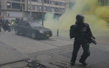 Πέτρες και δακρυγόνα στις διαδηλώσεις στην Κολομβία, στον δρόμο ένα εκατομμύριο πολίτες