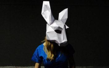 Η μικτή θεατρική ομάδα ARTimeleia ξαναδιαβάζει την «Αλίκη στη χώρα των θαυμάτων»