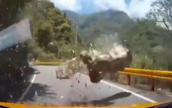Σοκαριστικό βίντεο από τον σεισμό στην Ταϊβάν με βράχο να πέφτει μπροστά από αυτοκίνητο