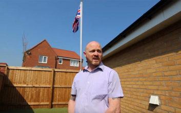 Τον αναγκάζουν να κατεβάσει τη σημαία από την αυλή του επειδή… παραπονιούνται οι γείτονες