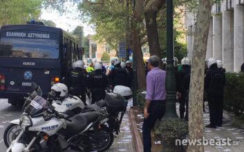 Μέλη του Ρουβίκωνα πέταξαν τρικάκια έξω από το υπουργείο Εξωτερικών
