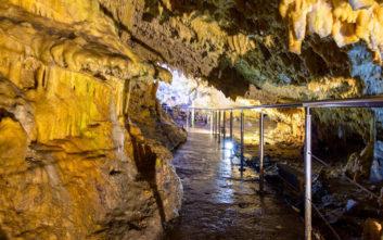 Φωτογραφίες που εντυπωσιάζουν από τρία σπήλαια της χώρας