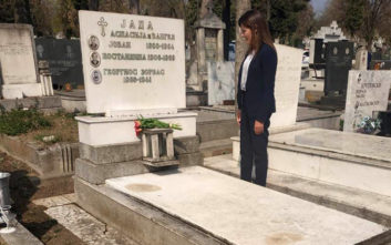 Η επίσκεψη της Μπέτυς Μπαζιάνα στον τάφο του Αλέξη Ζορμπά