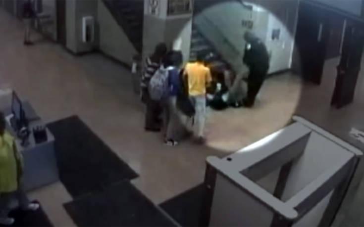 Αστυνομικοί κλωτσούν και σέρνουν μαθήτρια επειδή επειδή είχε το κινητό της στην τάξη