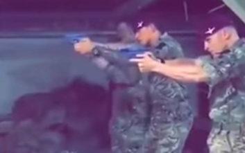Βρετανοί στρατιώτες εξασκούνται στη σκοποβολή με στόχο αφίσα του Κόρμπιν