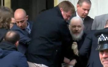 Η στιγμή της σύλληψης του Τζούλιαν Ασάνζ των Wikileaks στο Λονδίνο