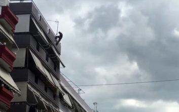 Άντρας στο Αγρίνιο απειλεί να αυτοκτονήσει πηδώντας από ταράτσα