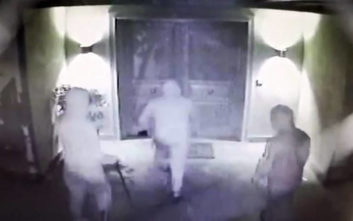 Βίντεο - ντοκουμέντο με την εισβολή θρασύτατων ληστών σε σπίτι με μητέρα και παιδιά μέσα