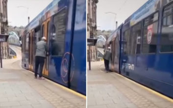 Προσπάθησε να επιβιβαστεί σε κινούμενο τραμ και λίγο έλειψε να χάσει τη ζωή του