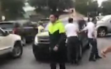 Βίντεο δείχνει πολίτες σε γειτονιά του Καράκας να διώχνουν τον Γκουαΐδό