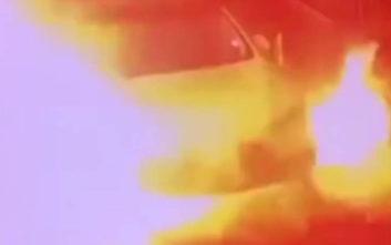 Αυτοκίνητο της Tesla τυλίγεται μυστηριωδώς στις φλόγες