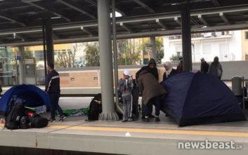 Οι πρόσφυγες στήνουν σκηνές στον Σταθμό Λαρίσης