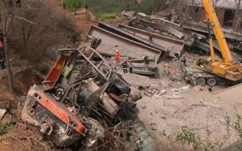 Έξι νεκροί στην Κίνα, τρένο εκτροχιάστηκε κι έπεσε σε σπίτι