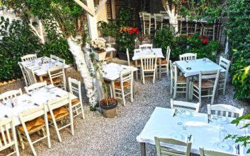 Τρεις προτάσεις με ωραίες αυλές που τιμούν την ελληνική κουζίνα