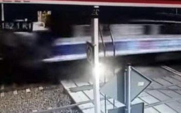 Η σοκαριστική στιγμή που τρένο παρασύρει και συνθλίβει ασθενοφόρο