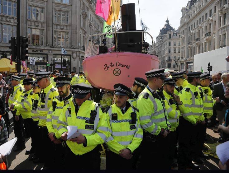 Αποκλεισμοί δρόμων του Λονδίνου από διαδηλωτές για το περιβάλλον