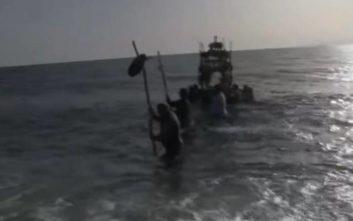 Εντυπωσιάζει η περιφορά του Επιταφίου μέσα στη θάλασσα της Νάξου