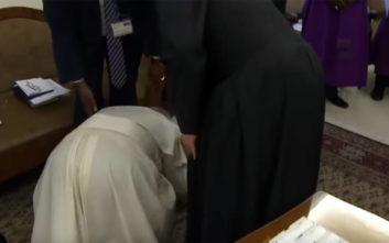 Ο Πάπας Φραγκίσκος σκύβει να φιλήσει τα πόδια αντίπαλων Αφρικανών ηγετών