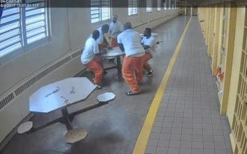 Λευκός κρατούμενος σε φυλακή υψίστης ασφαλείας μαχαίρωσε τέσσερις μαύρους δεμένους με χειροπέδες