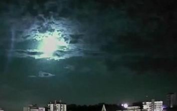 Εντυπωσιακό βίντεο με μετεωρίτη που «φωτίζει» τον ουρανό της Βραζιλίας