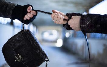 Τους τσάκωσαν την ώρα που προσπαθούσαν να αρπάξουν την τσάντα