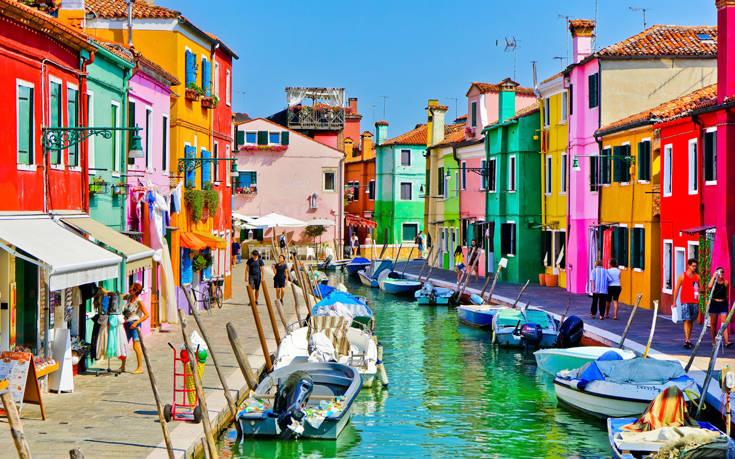 Το νησί με τα απίστευτα χρώματα στην Ιταλία