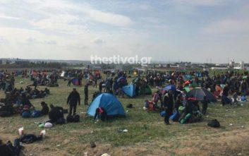 Στήνουν ξανά σκηνές έξω από το κέντρο φιλοξενίας στα Διαβατά οι πρόσφυγες